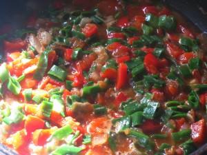 Зеленый лук добавляем в сковороду к овощам