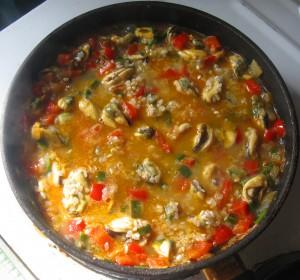 Рис и мясо мидий в сковороде